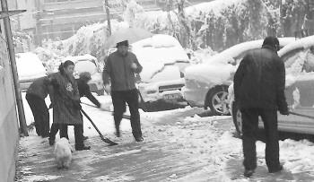 居民一大早忙着扫雪最大的80多岁,最年轻的50岁图片