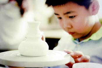 """""""陶艺制作大体上分练土,成型,晾干,烧制等几个步骤."""