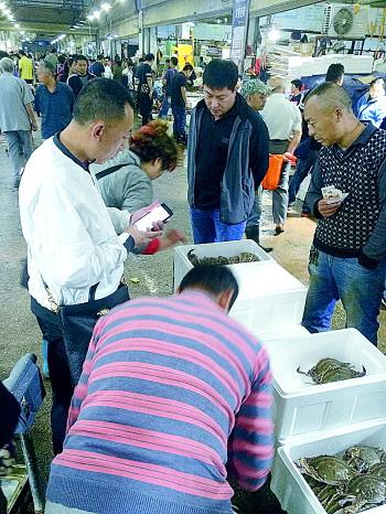 济南海鲜大市场内冰鲜海捕鱼成为市民假日餐桌首选.