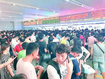 早上7点多就到了济南火车站,但因为列车取消,中午1点左右仍在候车室