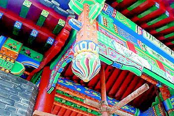 城门楼的彩绘部分采用的是旋子彩绘形式,用或圆润饱满,或流畅柔韧的各
