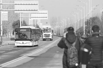 快看快看!无人驾驶公交车开过来啦