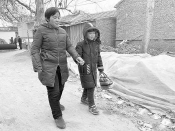 济南12岁男孩多年照顾失明妈妈 从4岁开始