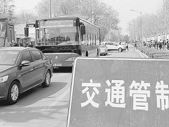 祭祀出游扎堆 堵车大片如期上演 不少道路交通管制,商圈周边爆堵