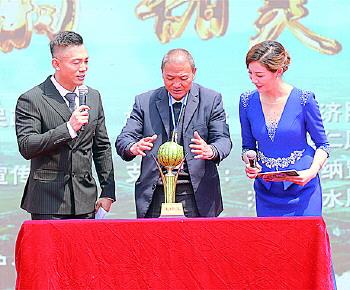 第十一届仁风西瓜文化旅游节开幕 一个西瓜拍出7500元高价